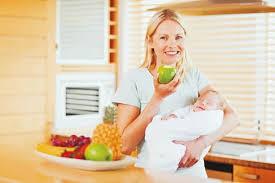 madre comiendo con bebe