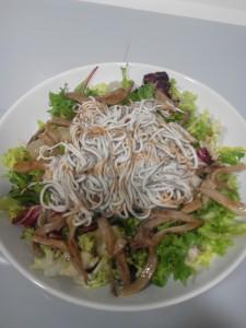 ensalada-templada-con-gulas-y-setas