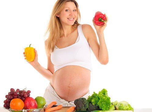 Embarazada con alimentos naturales