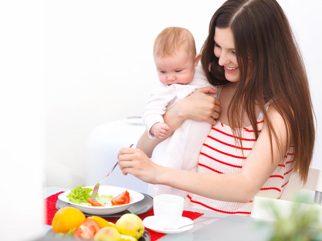 Madre e hijo comiendo