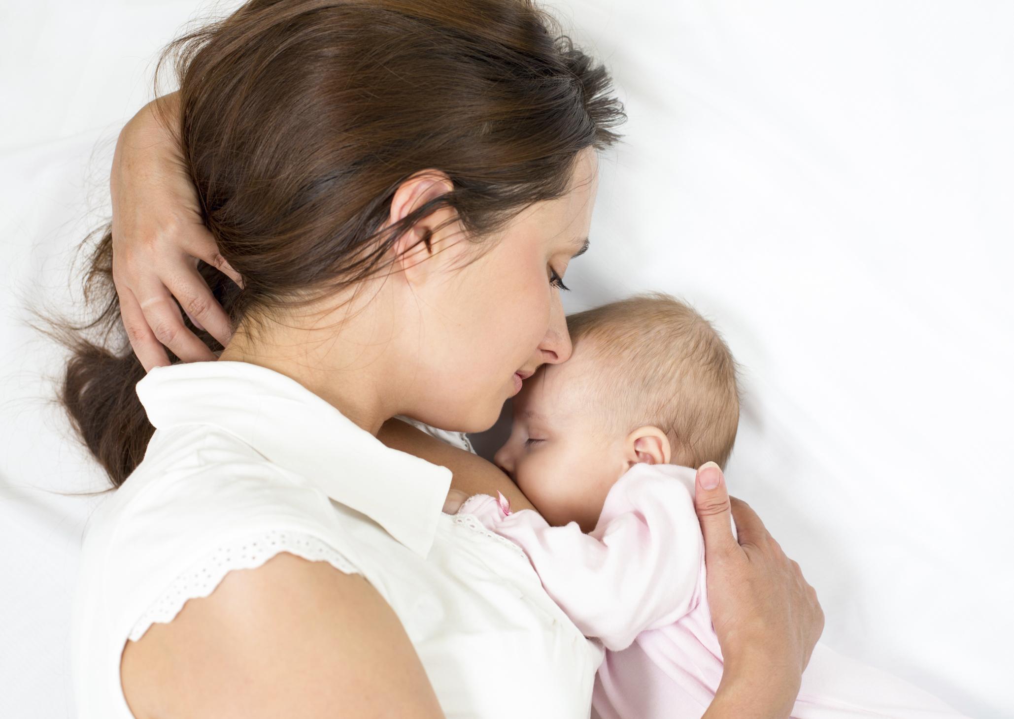 Madre dando el pecho a su bebé
