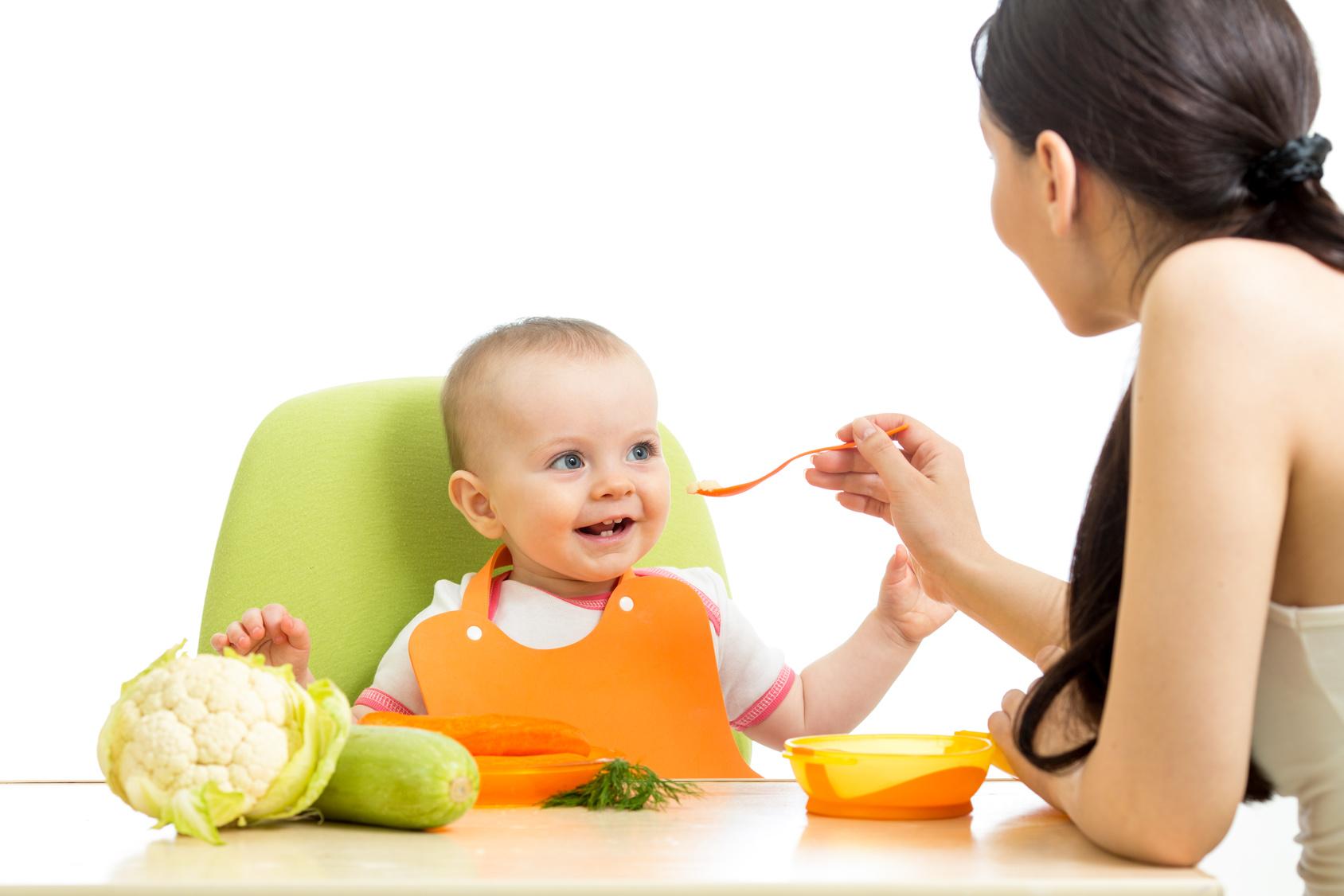 madre dando de comer